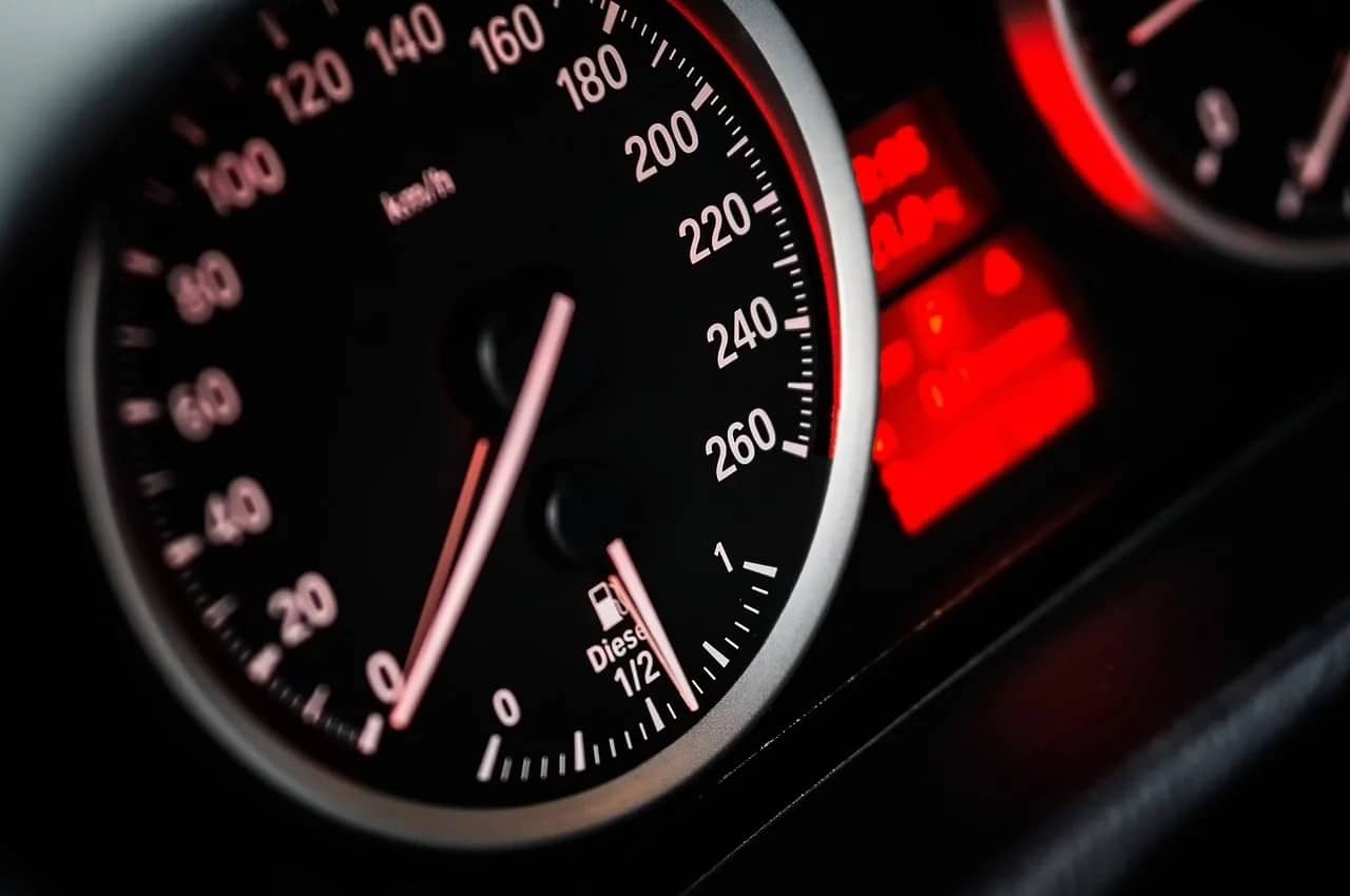 O velocímetro não diz a velocidade instantânea correta?! Porquê?